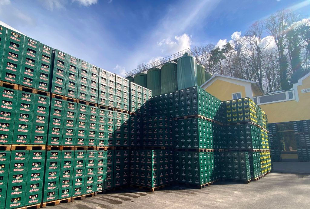 Bierkisten auf dem Brauereigelände der Brauerei Leibinger
