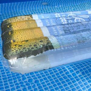 Helles Luftmatratze in Pool